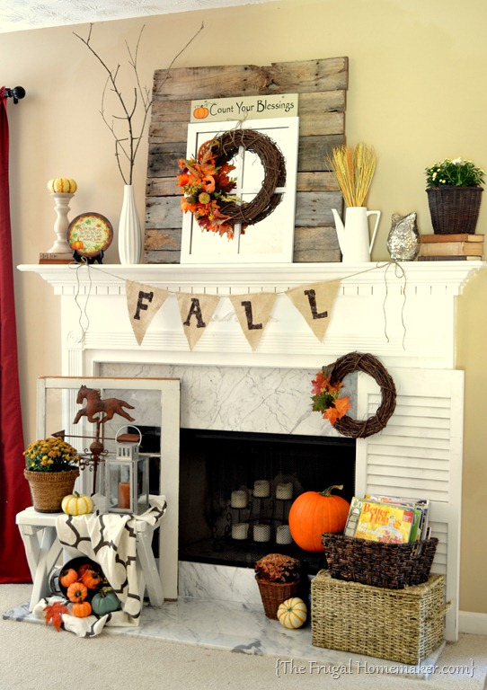 Fall mantel decorated with reclaimed pallet wood - Como decorar una chimenea ...