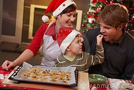 dad-tasting-christmas-cake-family-16145134