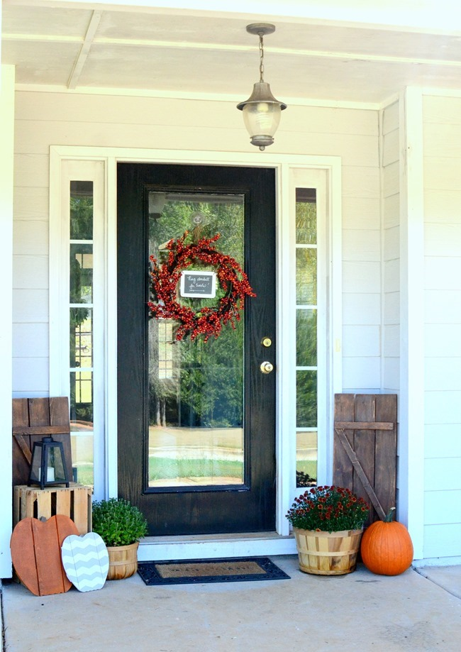 Early Fall/Halloween Front Porch with Wood Pallet Pumpkins