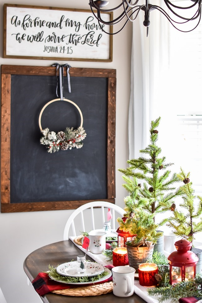 Red Plaid Simple Christmas Table -1